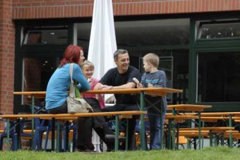 Bonn : Bonn hostel in Germany outdoors dining