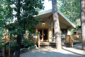 HI – Midpines - Yosemite Bug Rustic Mountain Resort : rústico Yosemite Mountain Resort hostal en los Estados Unidos cafetería exterior