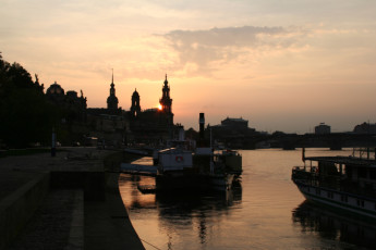 Dresden JGH : Dresden JGH hostel in Germany city at sunset