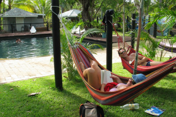 Magnetic Island YHA : Magnetic Island YHA Hammocks by the Pool