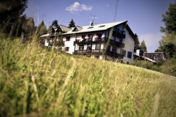 Oberstdorf - Kornau : Oberstdorf - Kornau hostel building and garden