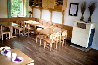 Oberstdorf - Kornau : Oberstdorf - Kornau hostel dining area