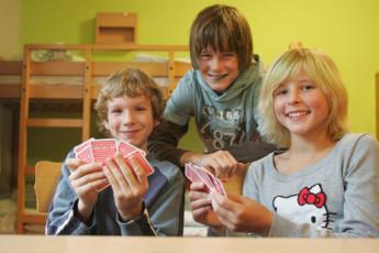 Pforzheim - Dillweißenstein : Pforzheim - Dillweissenstein Hostel guests playing cards in dorm room