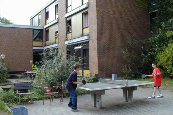 Weinheim (Bergstrasse) : Weinheim Bergstrasse Hostel guests playing ping pong