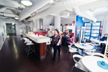 Tampere - Dream Hostel : cocina y comedor en Tampere - Dream Hostel, Finlandia