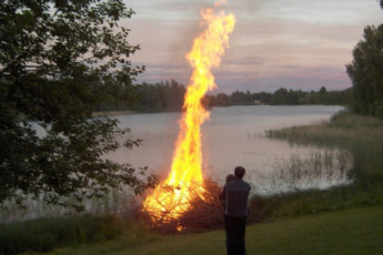 Rautalampi - Korholan Kartano : Bonfire in grounds of the Rautalampi - Korholan Kartano Hostel in Finland