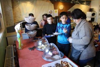 Brugge Dudzele Herdersbrug : Guests in dining room at the Brugge Dudzele Herdersbrug hostel in Belgium