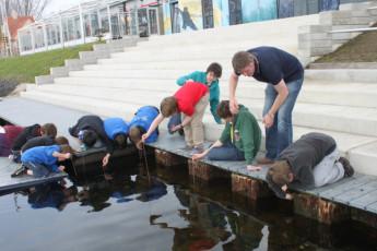 Brugge Dudzele Herdersbrug : Guests catching crabs at the Brugge Dudzele Herdersbrug hostel in Belgium