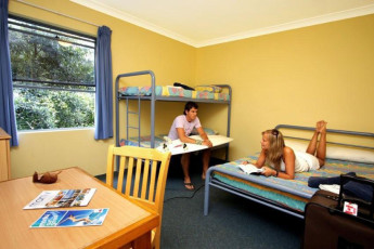 Sydney Beachouse YHA - Collaroy : Guests in dorm room at Sydney Beachouse YHA - Collaroy hostel in Australia