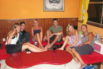 Sunflower Beach Backpacker Hostel : Group of People Relaxing in the Lounge at Sunflower Beach Backpacker Hostel, Italy