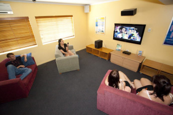 Cairns - Cairns Central YHA : Guests in lounge at the Cairns - Cairns Central hostel in Australia