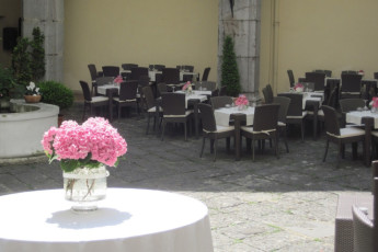Salerno (Amalfi Coast) : Dining in the Courtyard at Salerno (Amalfi Coast) Hostel, Italy