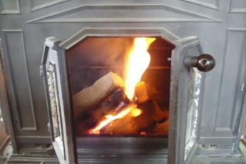 Niseko - YH Karimpani Niseko Fujiyama : Fireplace in Niseko - Youth Hostel Karimpani Niseko Fujiyama, Japan