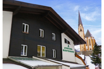 Heiligenblut : exterior of the Heiligenblut hostel in Austria