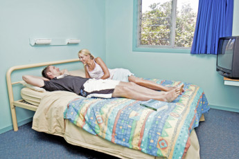 Coffs Harbour YHA : Guests in private double room at the Coffs Harbour Hostel in Australia