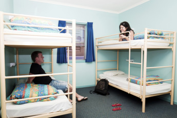 Coffs Harbour YHA : Guests in dorm room at the Coffs Harbour Hostel in Australia