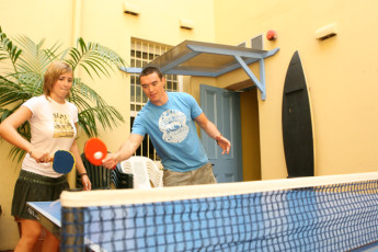 Sydney - Bondi Beachouse YHA : Guests playing ping pong at the Sydney - Bondi Beachouse Hostel in Australia