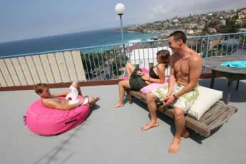 Sydney - Bondi Beachouse YHA : Guests on terrace at the Sydney - Bondi Beachouse Hostel in Australia