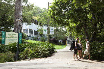 Noosa Heads YHA : Exterior to the Noosa Heads YHA hostel in Australia