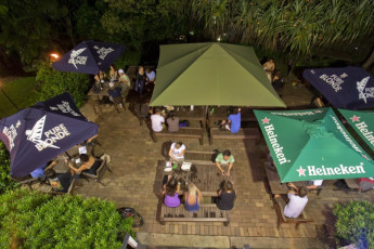 Noosa Heads YHA : Guest on terrace in the Noosa Heads YHA hostel in Australia