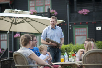 Stayokay Gorssel : People Dining in the Garden at Stayokay Gorssel Hostel, Netherlands