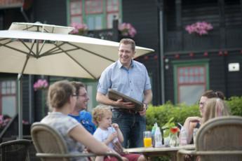 Stayokay Gorssel : People Dining in the Garden at Stayokay Gorssel Hostel, Netherlands