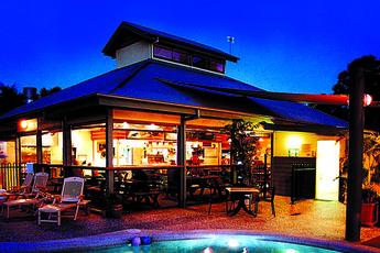 Hervey Bay - Colonial Village YHA : Swimming pool at the Hervey Bay - Colonial Village YHA Hostel in Australia