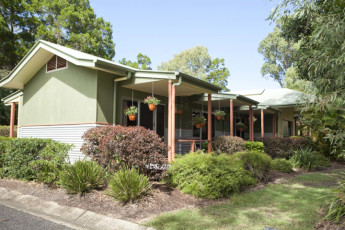 Hervey Bay - Colonial Village YHA : Exterior gardens of the Hervey Bay - Colonial Village YHA Hostel in Australia