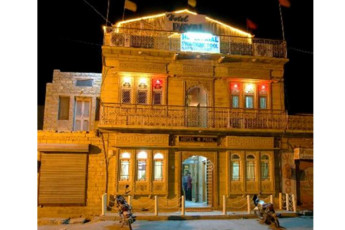 Hotel Golden City & Time Travel : Front Exterior View of Payal Hotel - Jaisalmer Hostel, India at Night