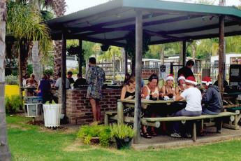 Batemans Bay YHA : Guests on terrace at the Batemans Bay YHA in Australia