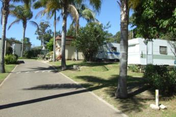 Batemans Bay YHA : Exteriors to caravans at the Batemans Bay YHA in Australia