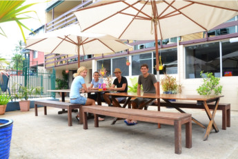Airlie Beach YHA : Guests on terrace at the Airlie Beach YHA in australia