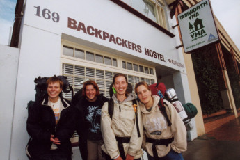 Tamworth YHA : Backpackers outside the Tamworth YHA in Australia
