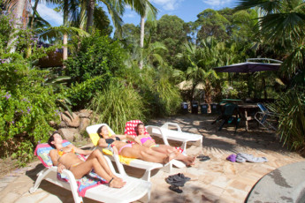 Nimbin Rox YHA : Guests sunbathing at the Nimbin Rox YHA hostel in Australia