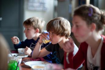 Stayokay Apeldoorn : Teenagers Dining in Stayokay Apeldoorn Hostel, Netherlands