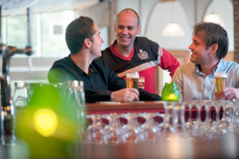 Stayokay Apeldoorn : Guests Drinking at the Bar in Stayokay Apeldoorn Hostel, Netherlands