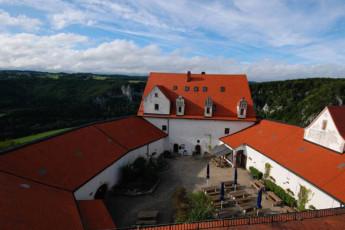 Leibertingen-Wildenstein : View of courtyard in Leibertingen-Wildenstein Hostel
