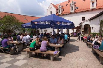 Leibertingen-Wildenstein : guests dining in the courtyard at Leibertingen-Wildenstein Hostel