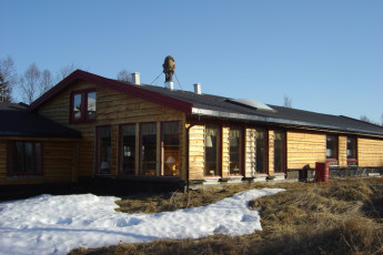 Senja : Exterior of the Senja hostel in Norway