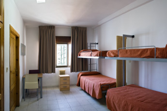 Albergue Inturjoven Víznar : Dorm room in the Albergue Inturjoven Viznar Hostel in Spain