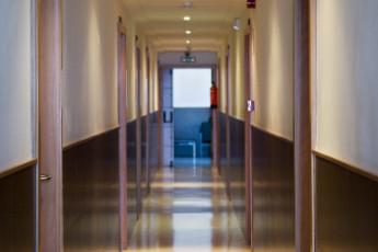 Albergue Inturjoven Constantina : Hallway in the Albergue Inturjoven Constantina hostel in Spain