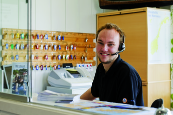 Kabelvåg : Reception staff member in the Kabelvag hostel in Norway