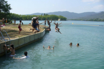 Banyoles - Alberg Banyoles : Guests jump into water near the Banyoles - Alberg Banyoles hostel in Spain