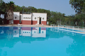 Albergue Inturjoven Aguadulce : Swimming pool at the hostel in spain Inturjoven Aguadulce