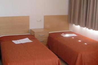 Albergue Inturjoven Almeria : privates Zimmer mit zwei Einzelbetten im Herberge Hostel Inturjoven Almeria Spanien