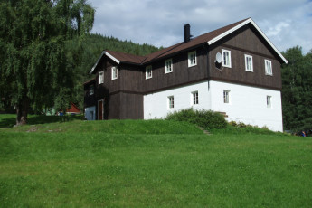 Sjoa : Exterior view of the Sjoa hostel in Norway