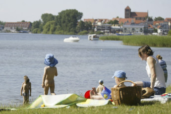 Waren (Müritz) : Guests jumping into the lake by Waren (Müritz) hostel, Germany
