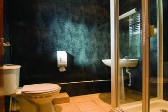 YHA Hartington Hall : Bathroom in the YHA Hartington Hall Hostel in England