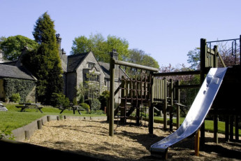 YHA Hartington Hall : Garden playarea in the YHA Hartington Hall Hostel in England