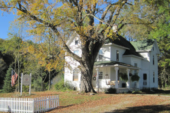 HI - Lucas - Malabar Farm : Front Exterior View of Lucas - Malabar Farm Hostel, USA During Autumn